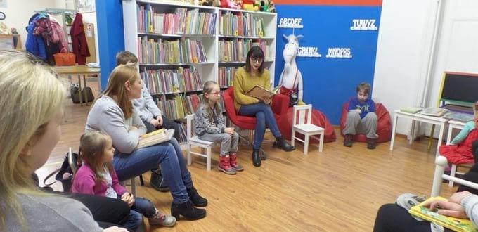 Czytanie książek w w Miejskiej Bibliotece Publicznej w Chodzieży